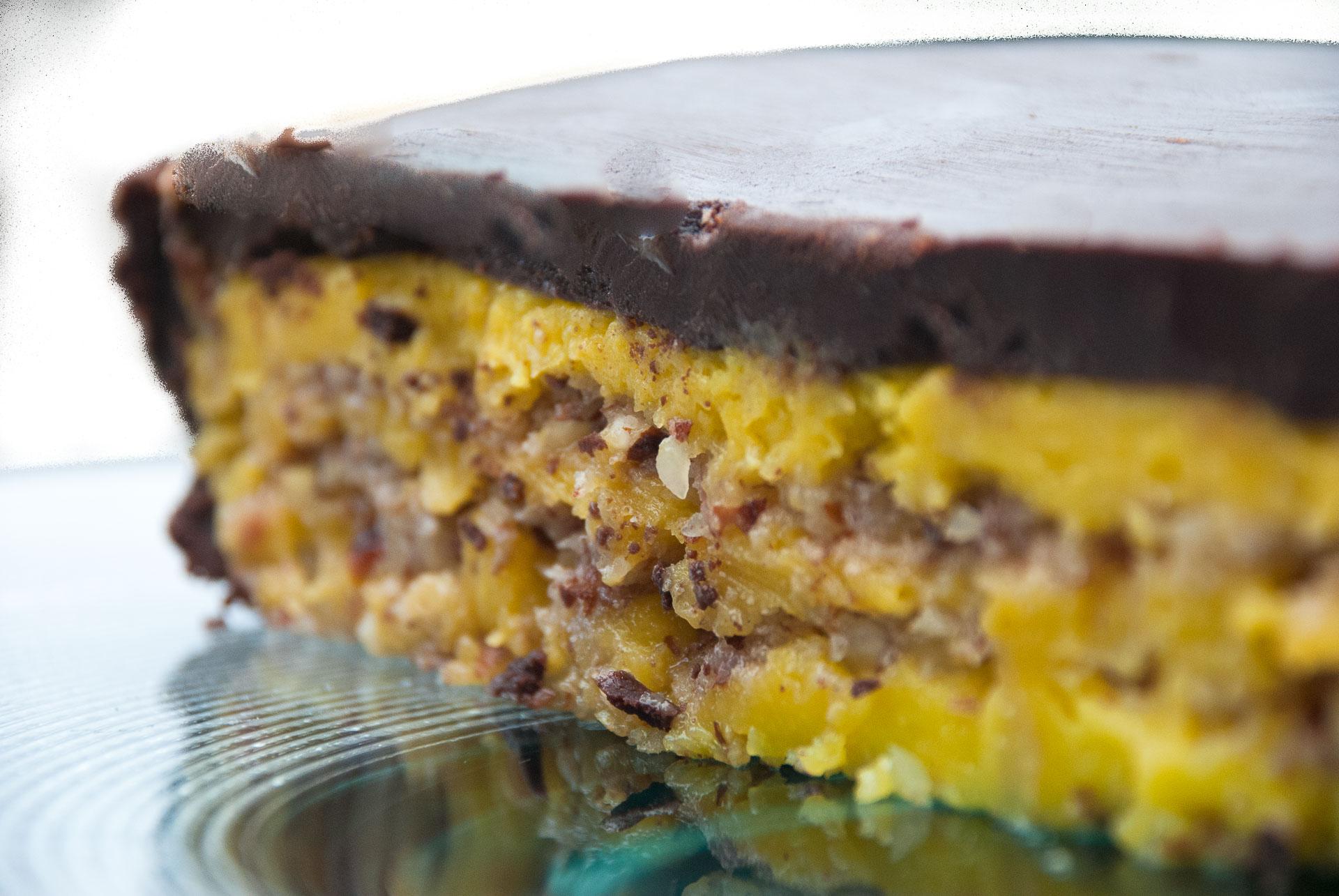 Suksessterte med sitronkrem og mørk sjokoladeglasur